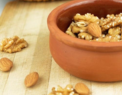 Att blötlägga nötter och fröer för att bli av med antinutrienter - lektiner och fytinsyra.