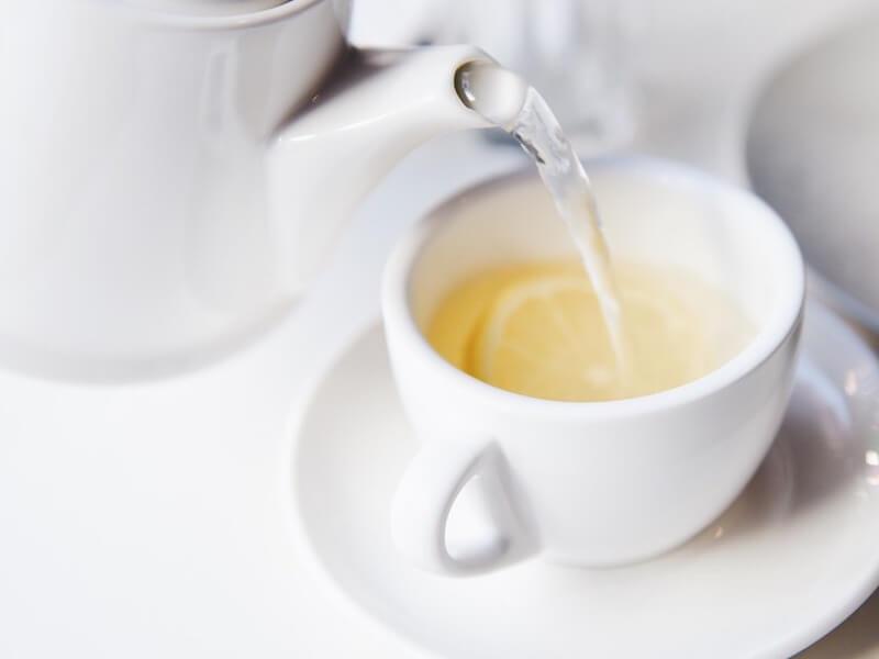 Fördelar med att dricka varmt citronvatten