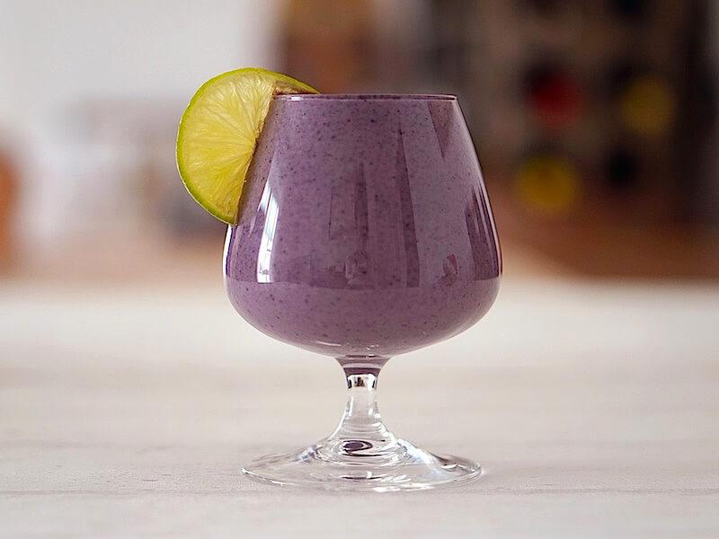 Spirulina-smoothie med smak av blåbär