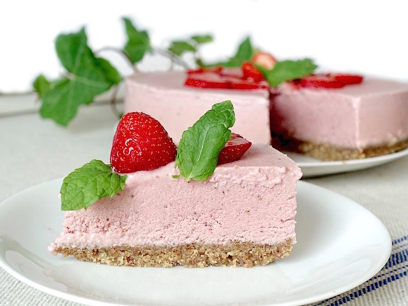 Raw cheesecake med sommarbär recept
